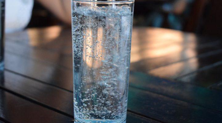 Jak pić wodę pełną minerałów?