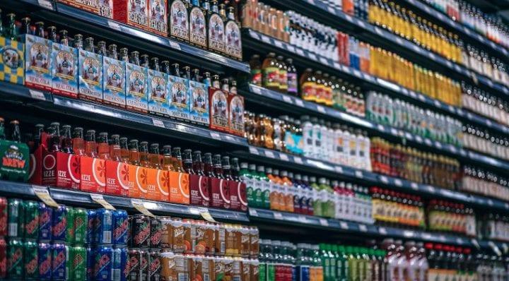 Woda zamiast kolorowych napojów najlepszym sposobem na schudnięcie?